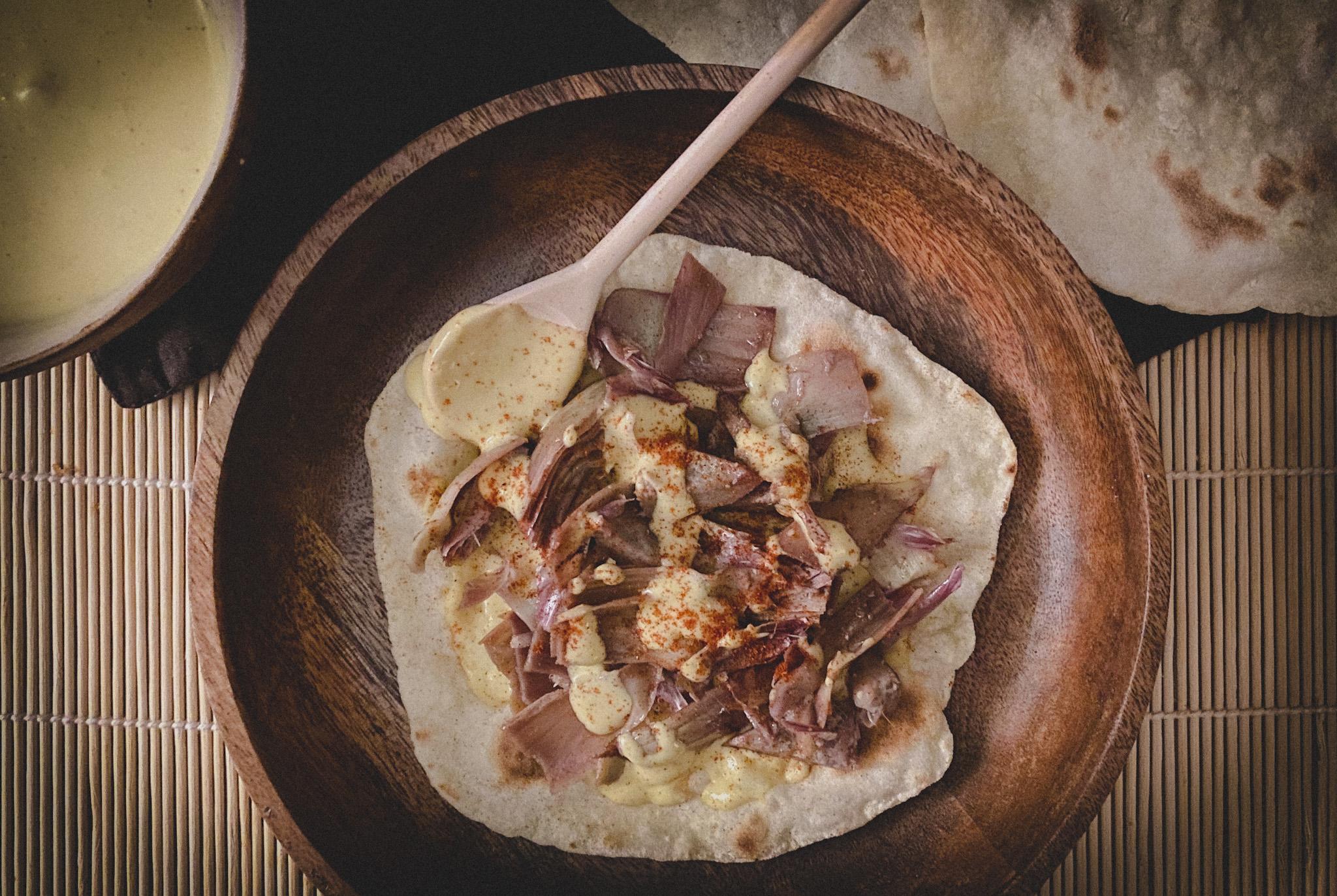 Pane azzimo con hummus veloce e carciofi