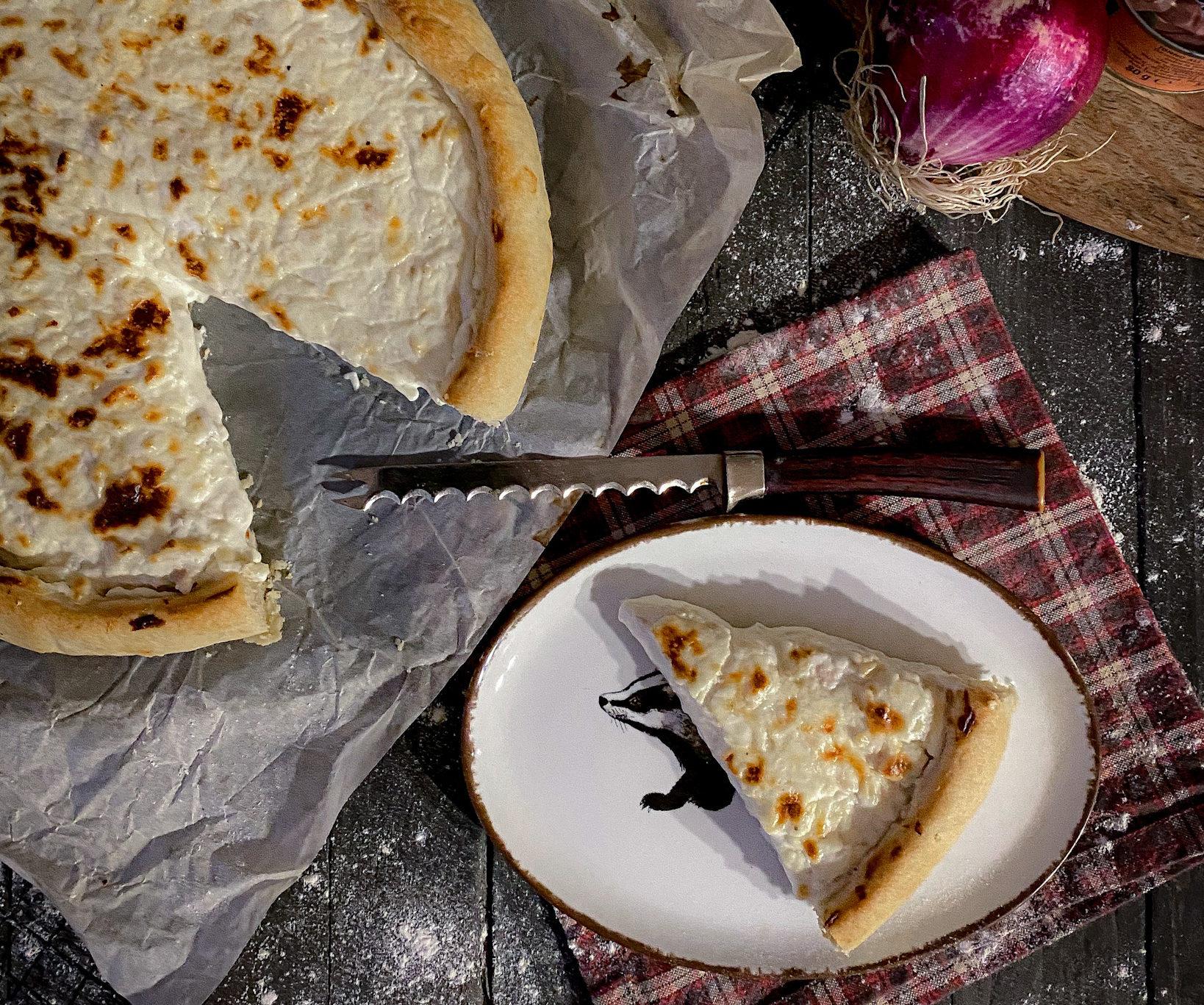 Torta salata con Philadelphia, tonno e cipolla